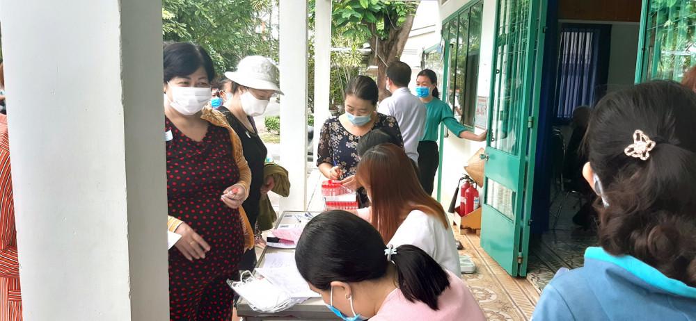 Hội viên phụ nữ ở Q.8 lấy máu xét nghiệm để sàng lọc tình trạng thừa cholesterol vào sáng 28/10