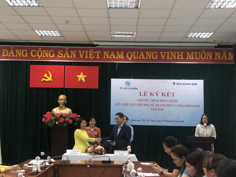 Nha khoa Kim và Hội LHPN TP. HCM ký kết đồng hành Chương trình Chăm sóc sức khỏe nụ cười cho phụ nữ. Ảnh: Thanh Huyền.