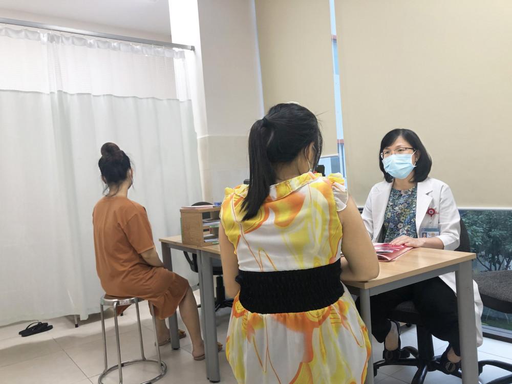 Bác sĩ Phạm Thị Hải Châu tư vấn tâm lý cho các thai phụ để có một thai kỳ an toàn