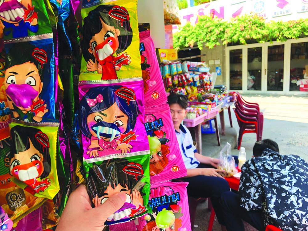 Nhiều loại kẹo có hình thù ma quái hoặc kèm các đồ chơi ma quái đượ c bán đầy quanh trường học
