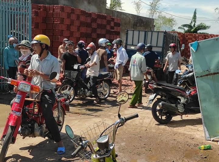 Theo phản ảnh của người dân, từ sáng sớm nhiều người đã đổ đến các cửa hàng vật liệu xây dựng để chờ mua ngói, tôn... Ảnh: Thanh Trần