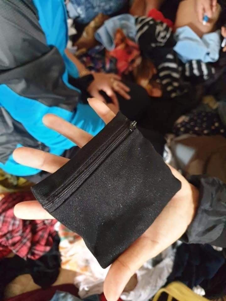 Chiếc túi chứa 2 chỉ vàng lẫn trong số quần áo cứu trợ