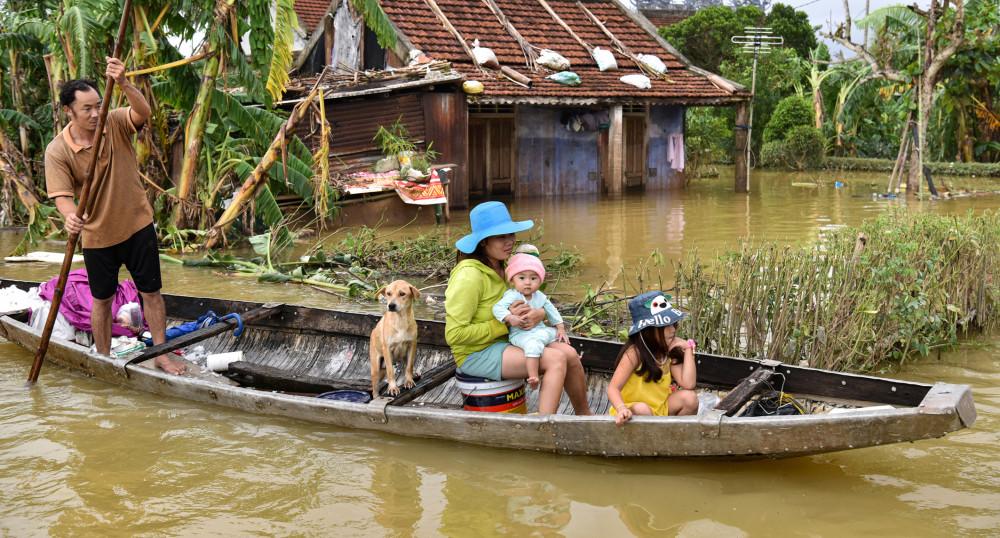 Một gia đình ở huyện Hải Lăng, Quảng Trị di chuyển bằng ghe.