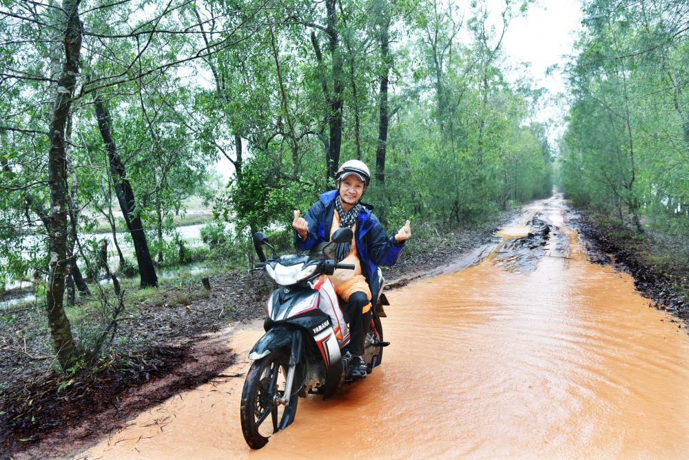 Nhiếp ảnh gia Thế Phong trong chuyến về miền Trung 8 ngày vừa qua, anh phải thay đổi nhiều phương tiện đi lại khác nhau.