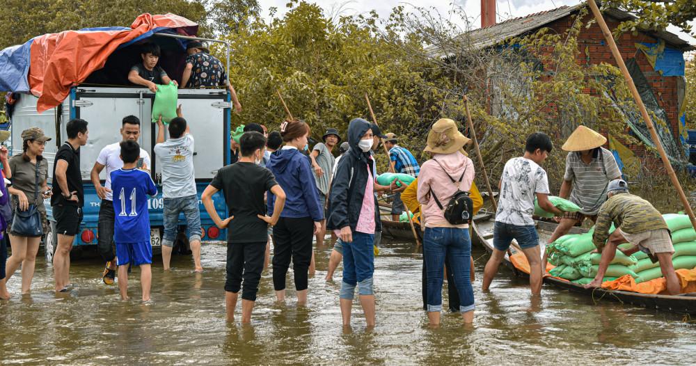 Một đơn vị vận chuyển hàng cứu trợ tại Huế.