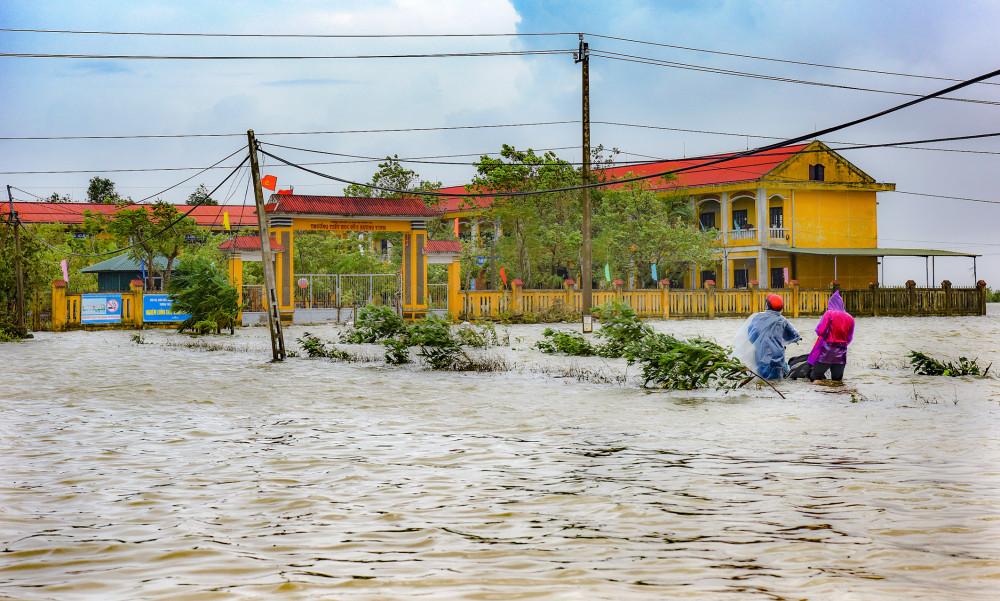 Nhiều điểm trường tại Huế ngập trong nước.
