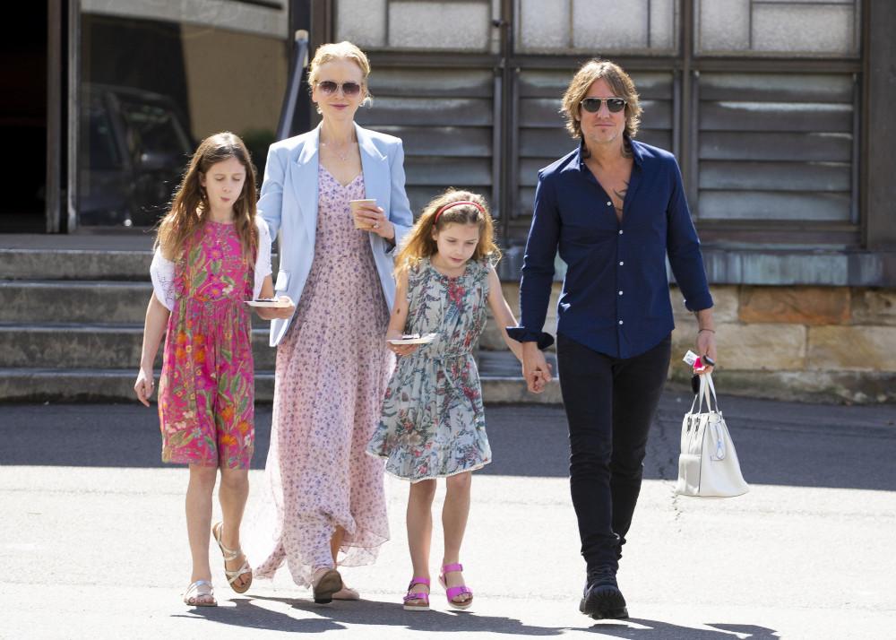 Nicole Kidman bên cạnh chồng và 2 con gái.