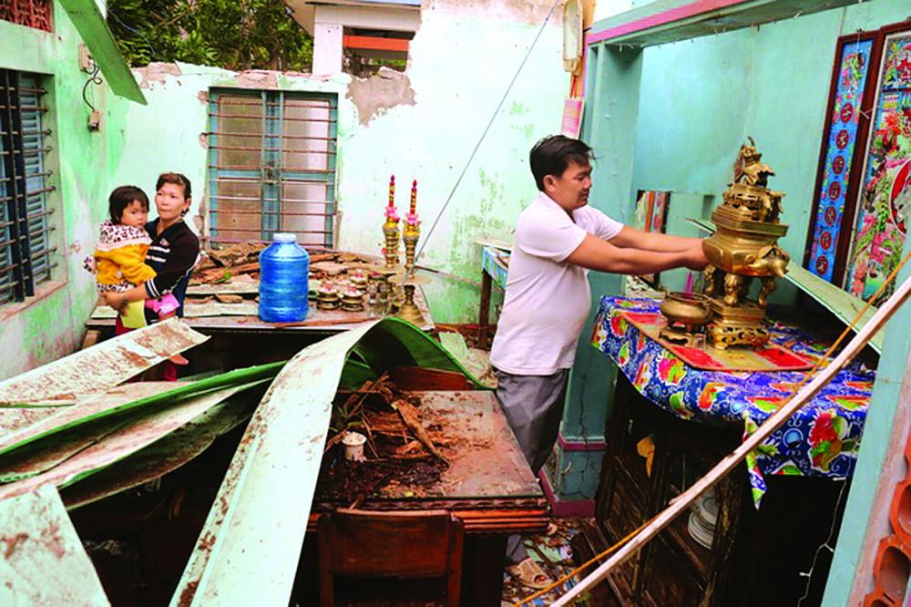 Trở về sau cơn bão, gia đình anh Hồ Văn Mừng (xã Xuân Cảnh, thị xã Sông Cầu, tỉnh Phú Yên) không khỏi đau xót trước cảnh căn nhà của mình giờ chỉ còn là một đống đổ nát - Ảnh: Zing