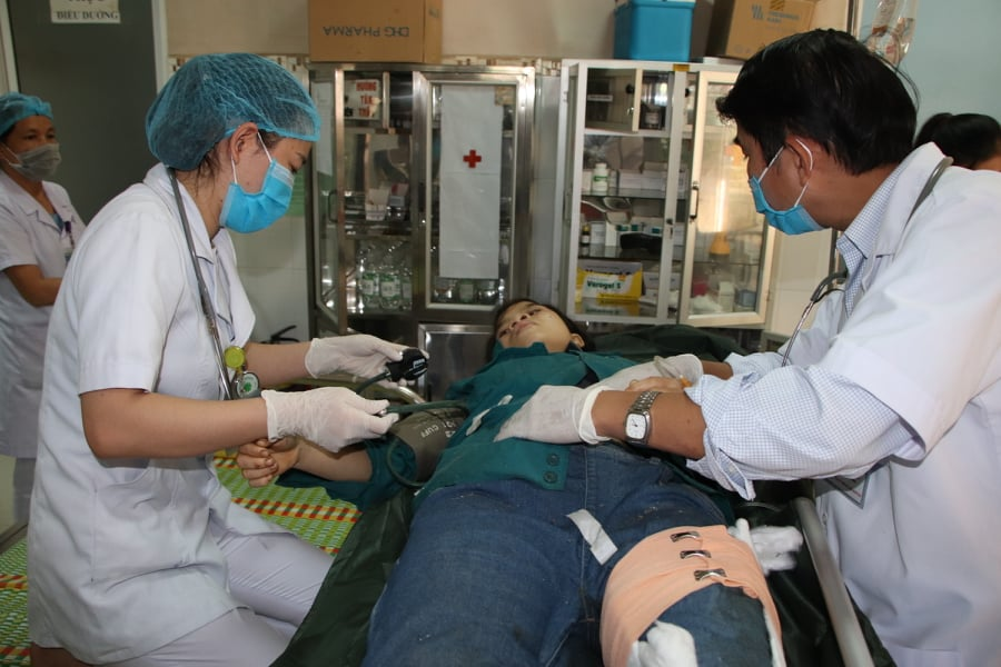 Nhanh chóng, họ đã được đưa đến Trung tâm Y tế huyện Bắc Trà My để cấp cứu