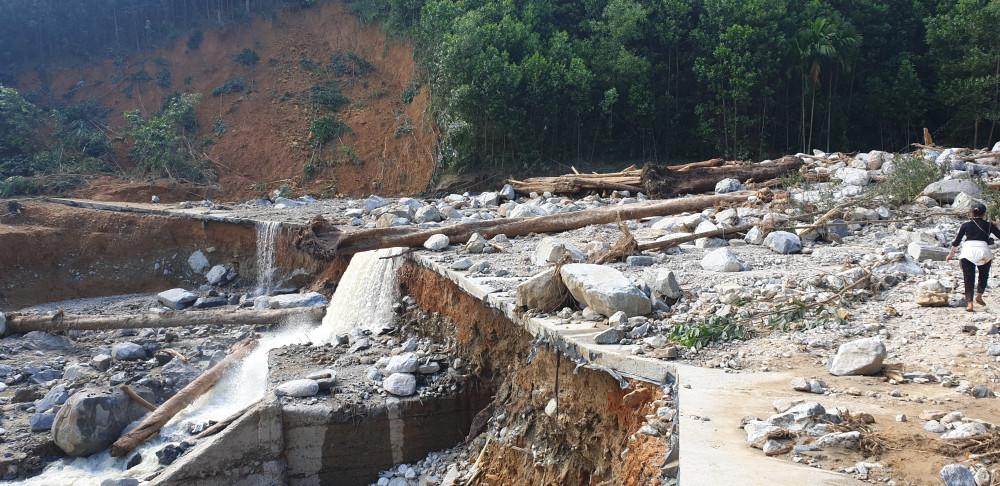 Hiện trường vụ sạt lở kinh hoàng vùi lấp 11 hộ dân tại nóc ông Đông (thôn 1, xã Trà Leng, huyện Nam Trà My)