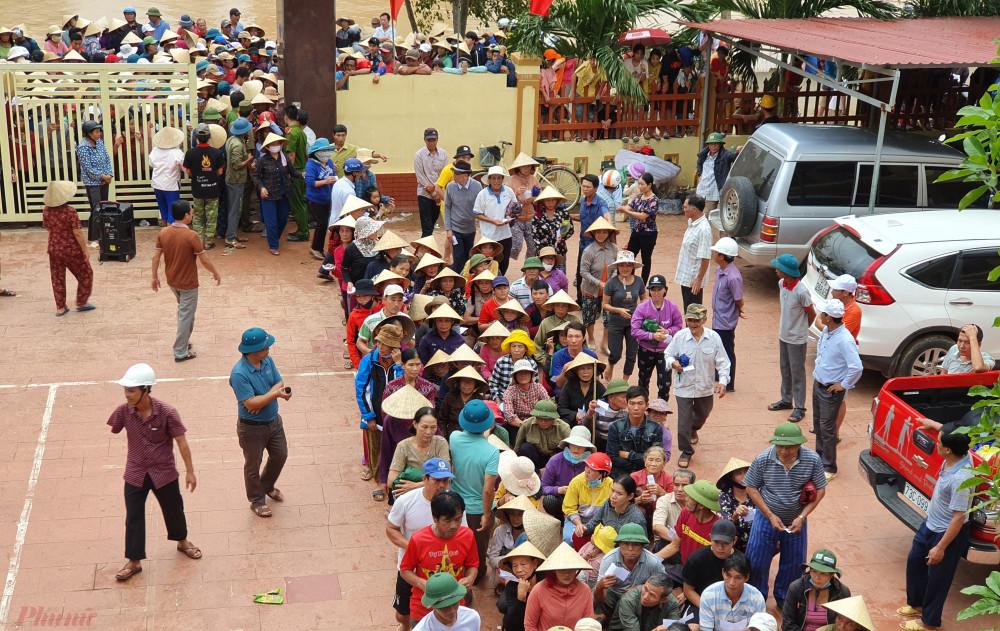 Dù hơn 1.200 hộ dân của xã Lộc Thủy cùng tập trung đến nhưng lực lượng chức năng vẫn tổ chức tốt, đảm bảo việc trao tiền diễn ra thuận lợi