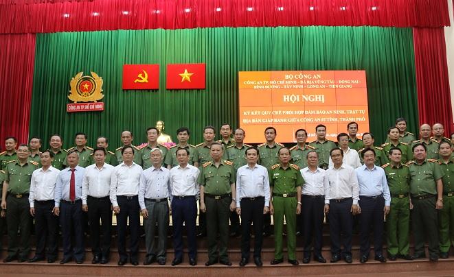 Bí thư Thành ủy TPHCM Nguyễn Văn Nên, lãnh đạo Bộ công an và các địa phương tham gia lễ ký kết.