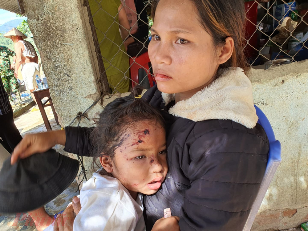 Trong ảnh là gia đình chị Hồ Thị Hà. Gia đình chị có 3 người bị thương gồm mẹ chị và hai con gái. Bố chị Hà chạy không kịp bị đất đè không qua khỏi.