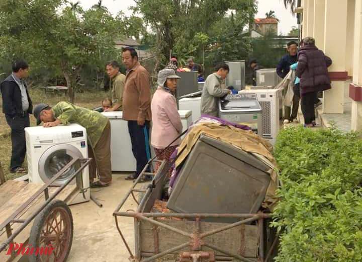 Người dân vận chuyển đồ bị hư hỏng ra các điểm tập kết
