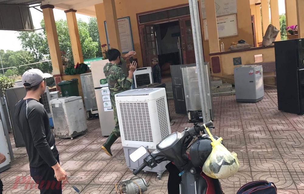 Sau 3 ngày, anh Thuận cùng nhóm thợ đã sửa chữa hơn 1.000 đồ điện bị hư hỏng