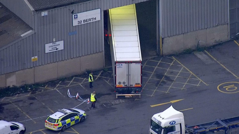 Thi thể những người di cư được tìm thấy trong một thùng xe container ở Essex - Ảnh: Getty Images