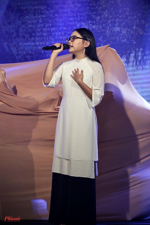 Phương Mỹ Chi khoe giọng hát ngọt ngào trong ca khúc Quê em mùa nước lũ.
