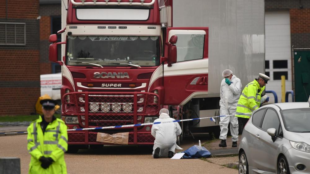 Cảnh sát và nhân viên pháp y kiểm tra chiếc xe container trong đó phát hiện 39 thi thể của người di cư - Ảnh: Cảnh sát Essex