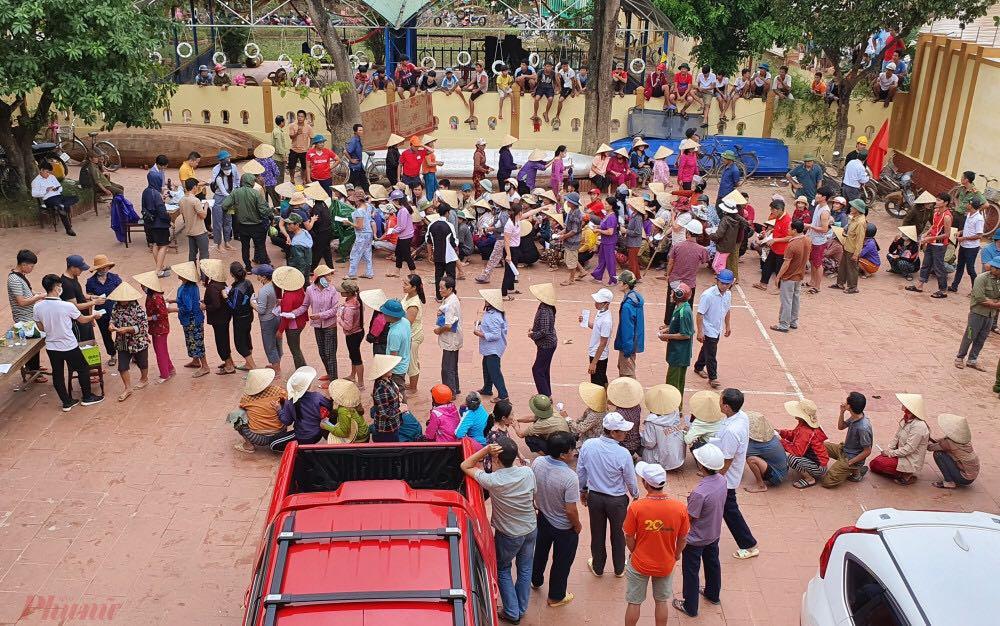 Không có chút công bằng nào trong việc thôn làng thu lại tiền cứu trợ từ các nạn nhân bão lũ để phân chia cho các đối tượng khác(Trong ảnh: Người dân huyện Lệ Thủy xếp hàng nhận cứu trợ từ vợ chồng Thủy Tiên - Công Vinh) - Ảnh: Trường Nguyên