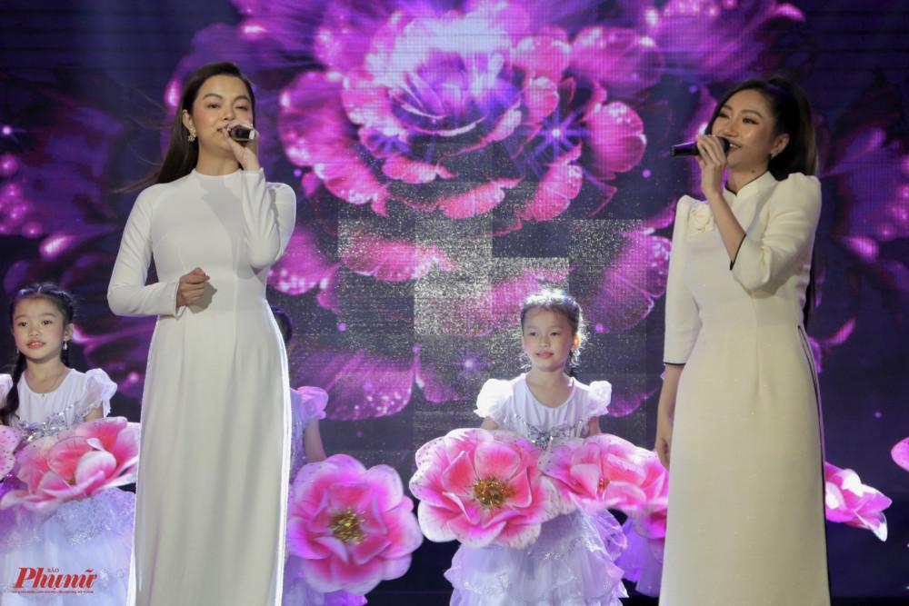 Ca sĩ Phạm Quỳnh Anh và Orange góp tiếng hát trong nhạc phẩm Sống như những đoá hoa. Tại chương trình, cả hai ca sĩ đều thông báo ủng hộ những số tiền tượng trưng, hằng mong góp chung công sức cùng ban tổ chức để xây dựng những căn nhà an toàn hơn cho người dân vùng lũ.
