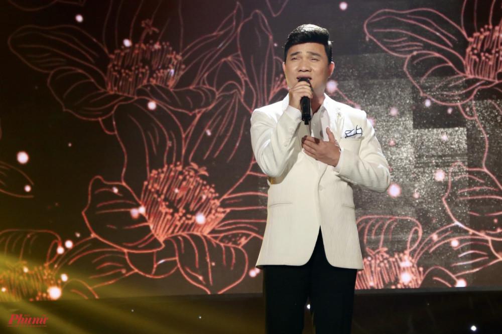 Ca sĩ Quang Linh thể hiện nhạc phẩm Thương về miền Trung, một sáng tác của nhạc sĩ Minh Ký.
