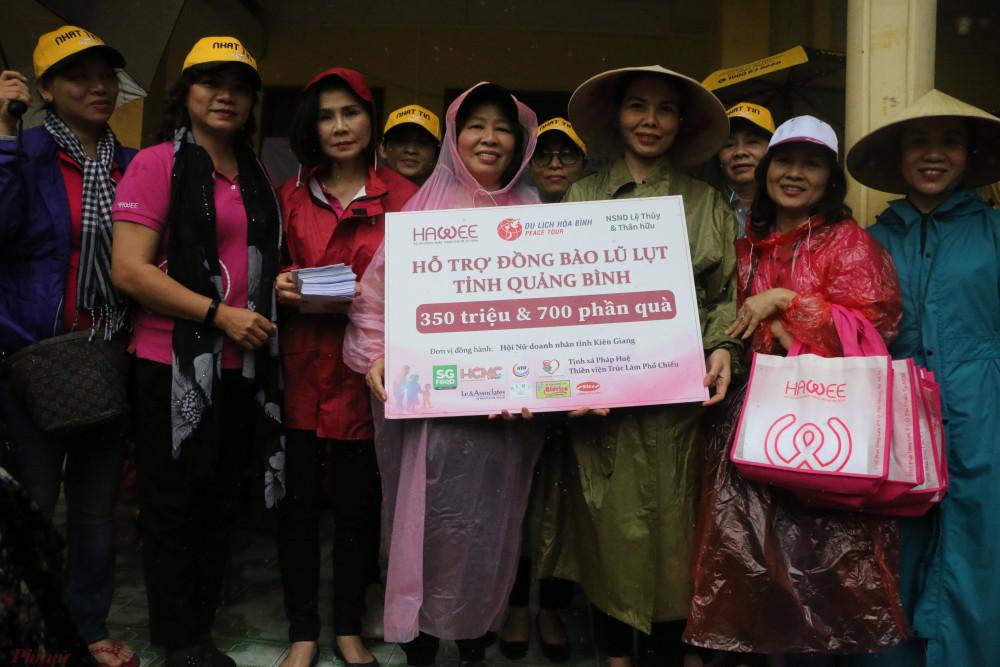 Tặng quà cho Hội LHPN tỉnh Quảng Trị