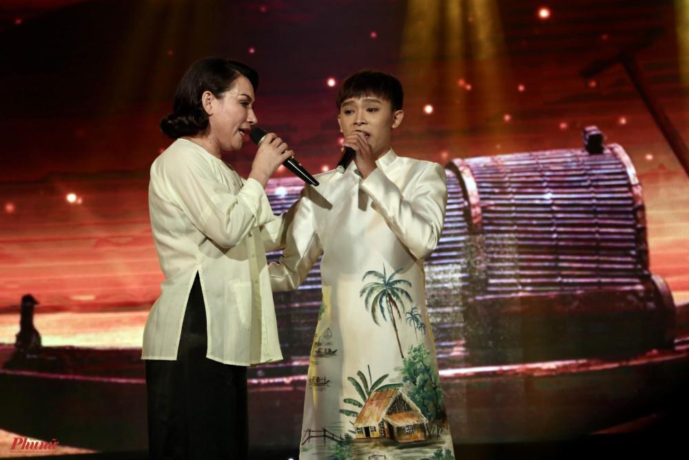 Ca sĩ Phi Nhung và con nuôi Hồ Văn Cường cũng tham gia chương trình. Thời gian qua, ca sĩ Phi Nhung cũng có chuyến thiện nguyện về với đồng bào miền Trung tặng tiền cũng như các nhu yếu phẩm để người dân vượt qua khó khăn.