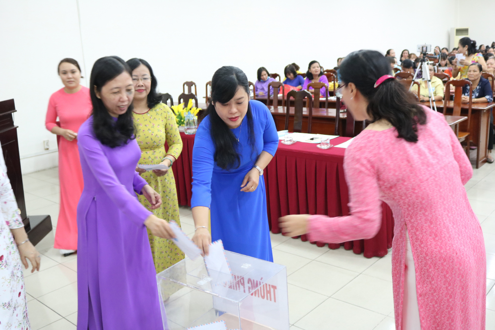 Trước khi diễn ra hội thi, phụ nữ quận 12 cùng chung tấm lòng hướng về bà con miền Trung.