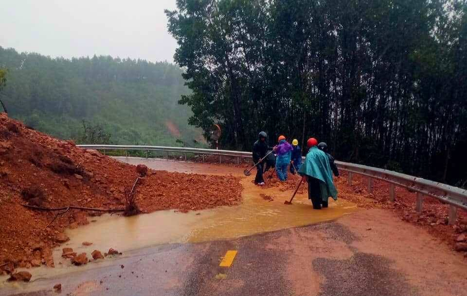 Quốc lộ 49A - con đường duy nhất đi vào huyện miền núi A Lưới đang bị sạt lở