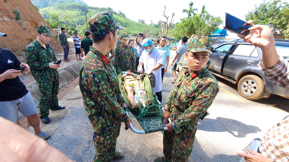 Lực lượng cứu hộ đưa người bị thương đi cấp cứu - ảnh: đình Dũng