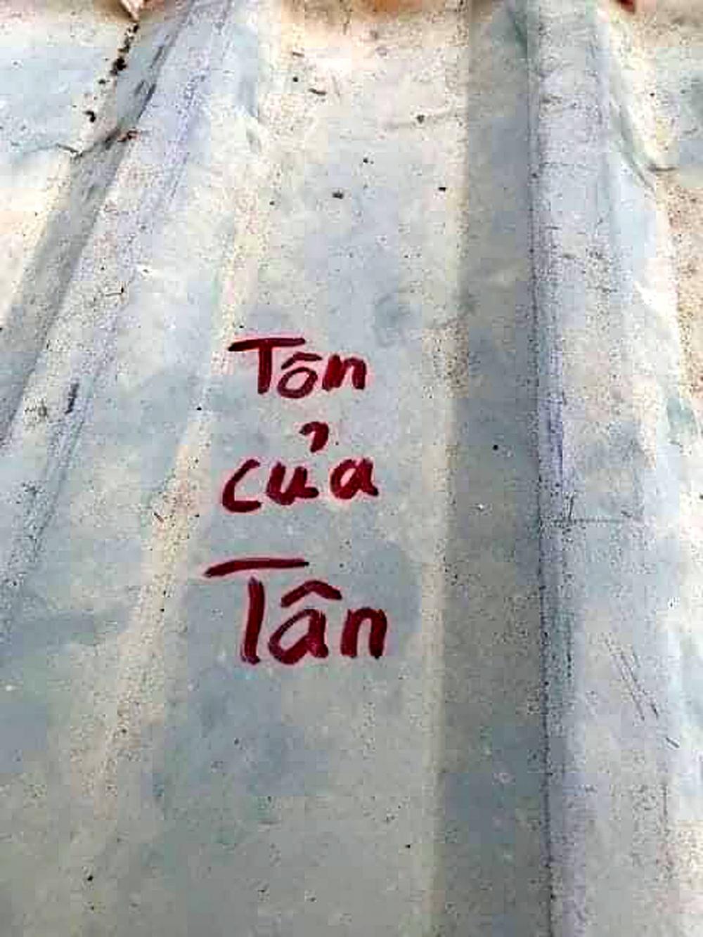 Viết tên lên mái tôn trước bão để dễ tìm tài sản thất lạc - ảnh facebook