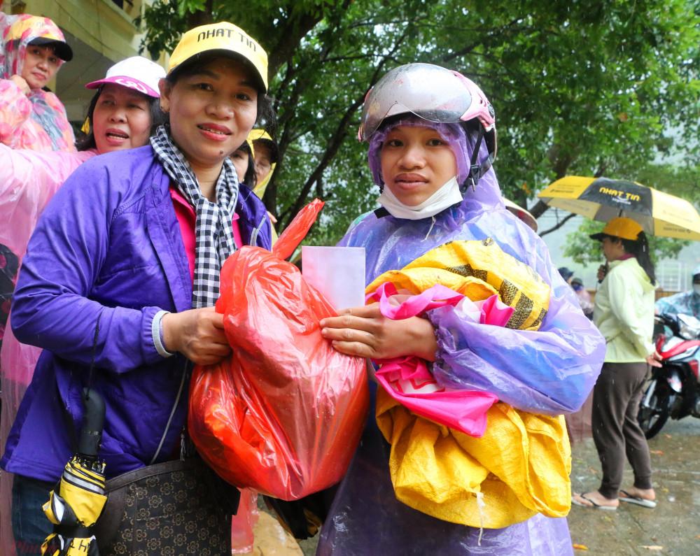 Bà Trần Thị Phương Hoa – phó chủ tịch Hội LHPN TPHCM  tặng quà cho bà con xã biên giới Tân Hóa ( huyện Minh Hóa, Quảng Bình)