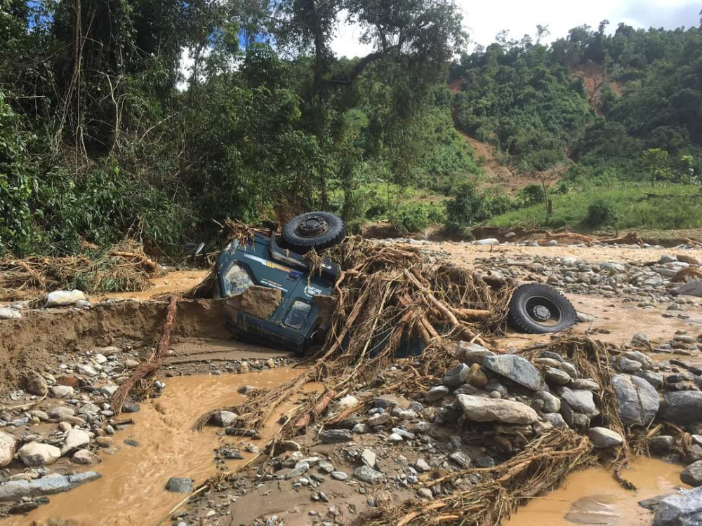 Những chiếc xe tải cũng không thể thoát được dòng nước xiết kèm theo đất đá
