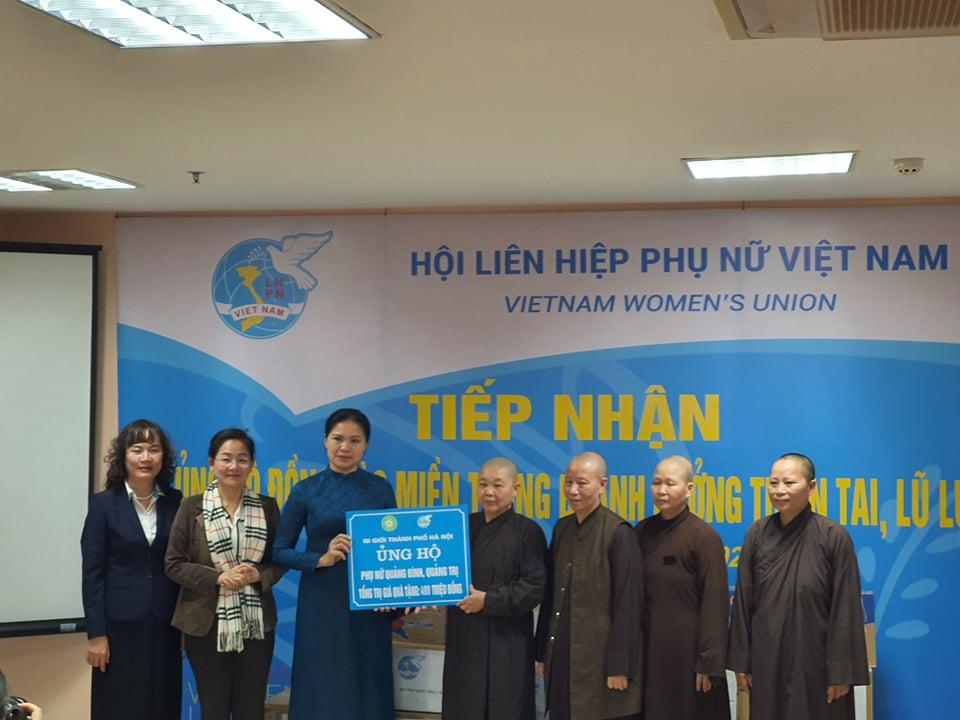 Hội LHPN Việt Nam tiếp nhận ủng hộ đồng bào miền Trung gặp lũ từ các tổ chức, cá nhân