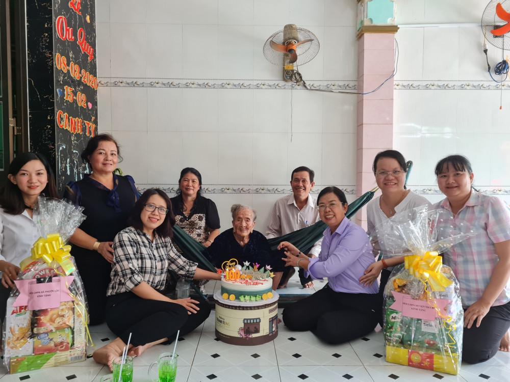 Bà Đỗ Thị Chánh - Phó Chủ tịch Hội liên hiệp Phụ nữ TP. HCM đã cùng với lãnh đạo Hội liên hiệp Phụ nữ Huyện nhà bè tới chúc mừng sinh nhật mẹ Việt Nam Anh hùng Lê Thị Hồ.