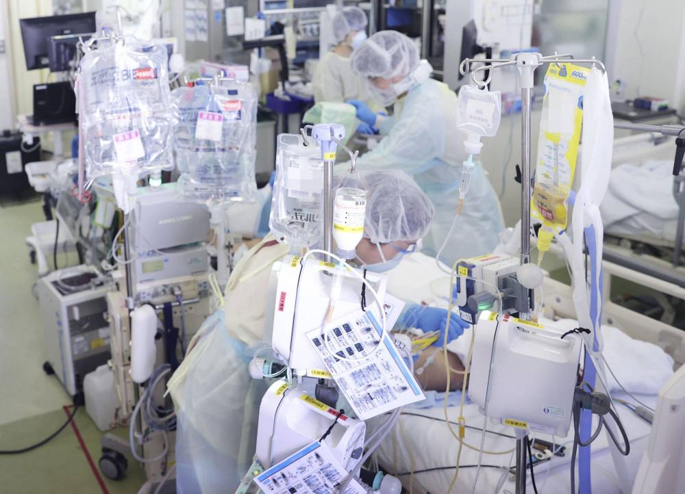 Những công nhân thiết yếu trong lĩnh vực chăm sóc sức khỏe và giao thông ngày càng phải làm việc quá giờ trong đại dịch COVID-19. (Ảnh: Kyodo)