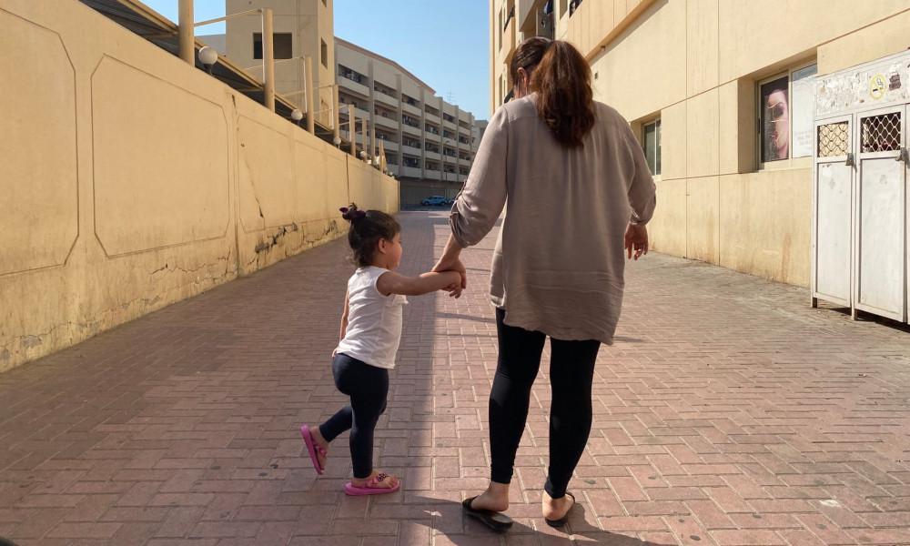 Maria từ Philippines đến UAE để làm người giúp việc, nhưng đã bỏ trốn khi bị chủ lạm dụng. Con gái của cô hiện đã hai tuổi không có nơi để ở  - Ảnh: Kate McQue