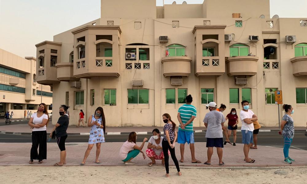 Công nhân nhập cư thất nghiệp xếp hàng chờ phát gạo ở Dubai. Ảnh: Kate McQue