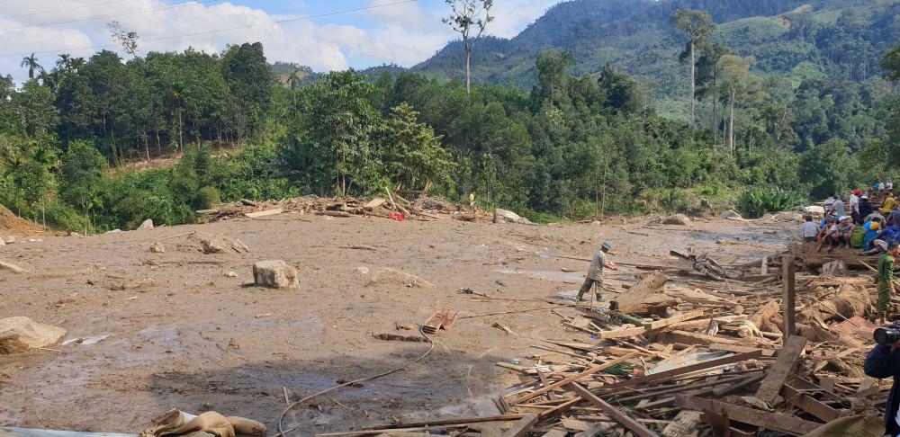 Hiện trường vụ sạt lở kinh hoàng vùi lấp 11 hộ dân tại nóc ông Đông (thôn 1, xã Trà Leng, huyện Nam Trà My, tỉnh Quảng Nam)