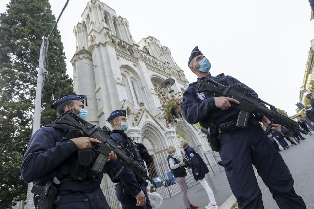 Cảnh sát được điều đến bảo vệ các nhà thờ trước nguy cơ tấn công khủng bố tăng nhanh.