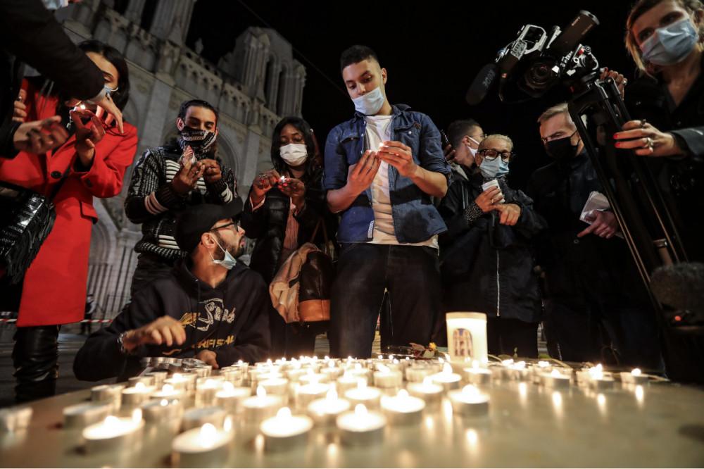 Người dân thắp nến tưởng niệm các nạn nhân của cuôc tấn công hôm 29/10.