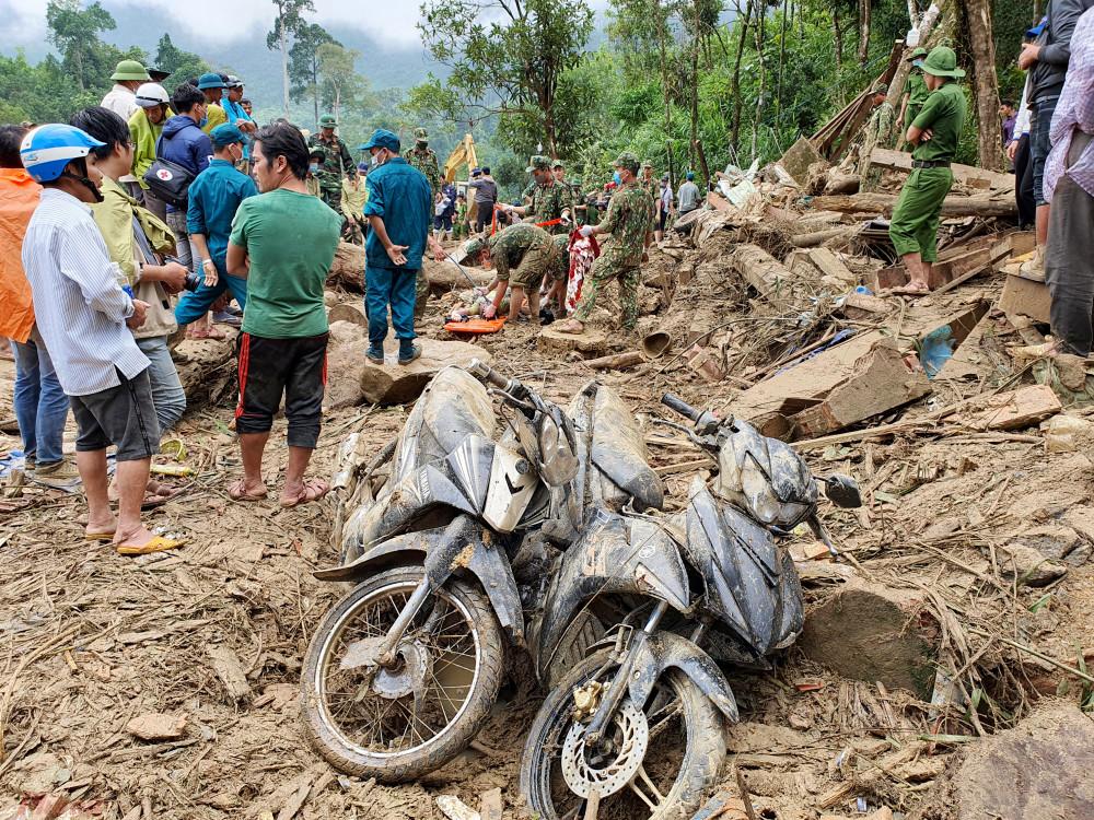 Thi thể ông Hồ Văn Hùng được tìm thấy dưới đống đổ nát