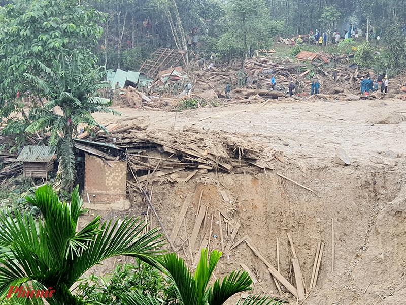 Những ngôi nhà bị chôn sâu dưới bùn đất