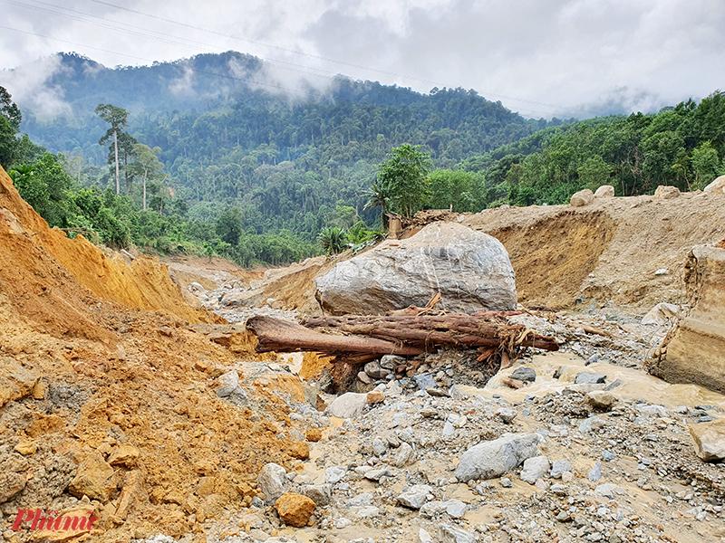 Hàng ngàn tấn đất đá đổ ào từ trên núi xuống