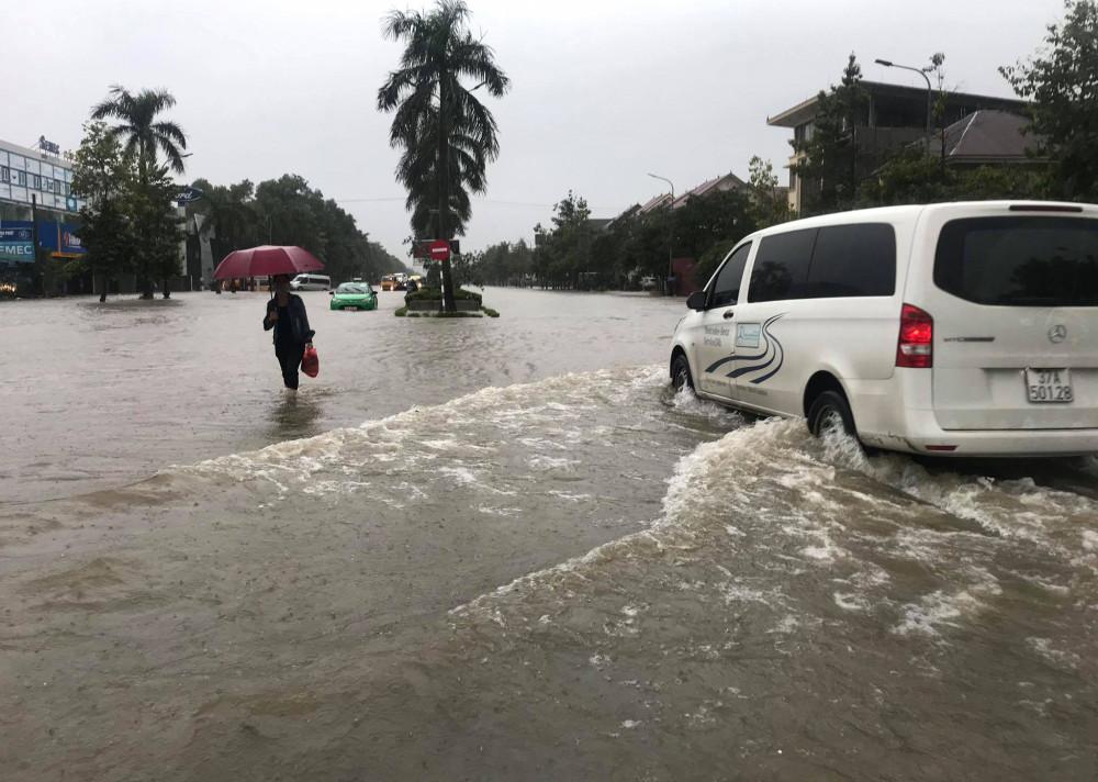 Mưa lớn khiến nhiều tuyến phố ở TP. Vinh ngập sâu