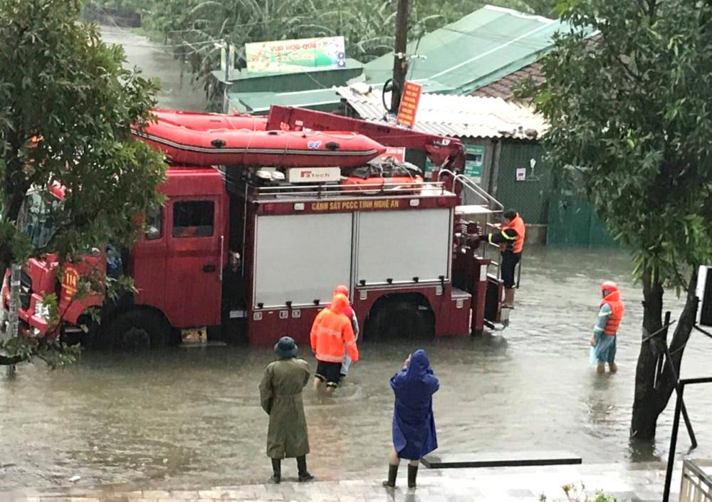 Xuồng cứu hộ được đưa đến khu dân cư ngập nặng để hỗ trợ sơ tán người dân