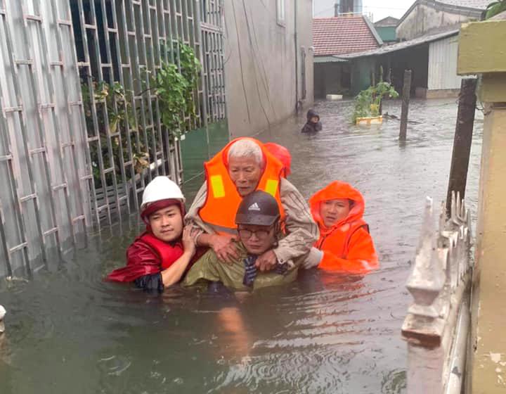 Người già, trẻ em được đưa đến nơi an toàn