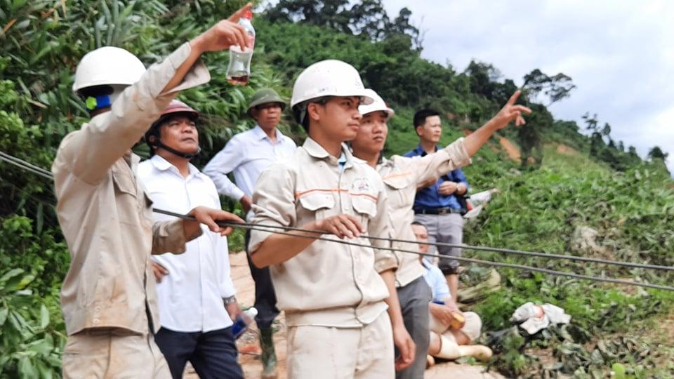 Lực lượng chức năng đang tiếp tế thức ăn cho 200 công nhân thủy điện Đăk Mi2 bằng đường cáp treo qua sông