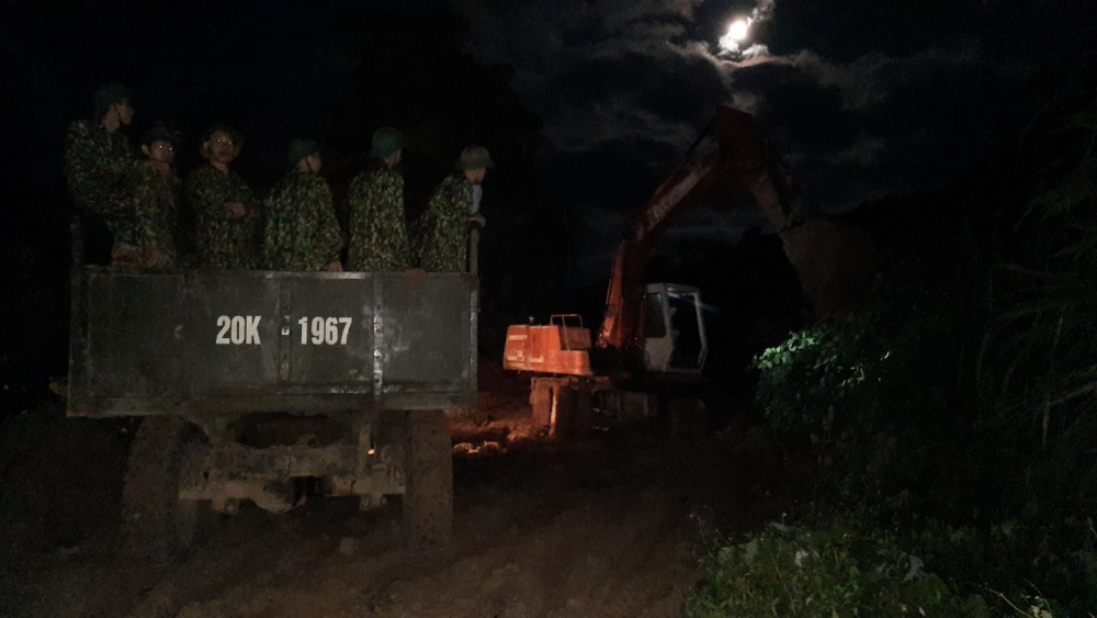 Lực lượng bộ đội công binh được huy động để ngày đêm xuyên đường