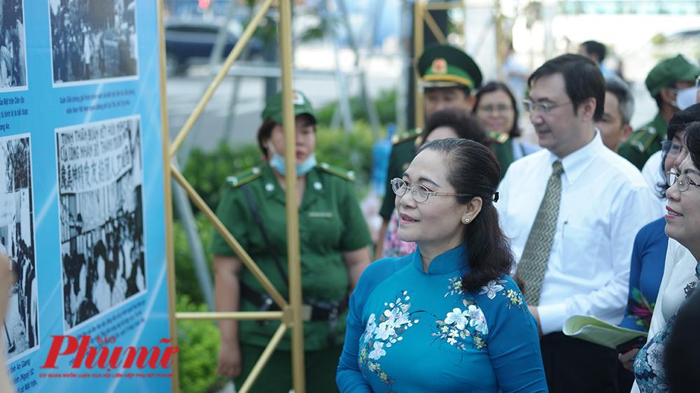 Bà Nguyễn Thị Lệ - Chủ tịch HĐND TPHCM đến tham quan triển lãm về Dân vận khéo sáng 30/10/2020